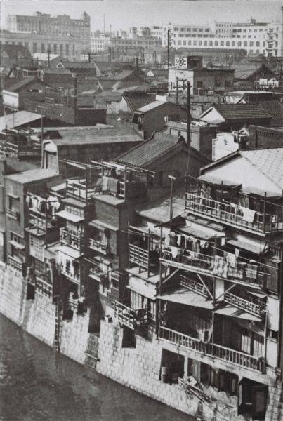 京橋3丁目・八重洲。京橋大根河岸で撮影=1932年4月撮影