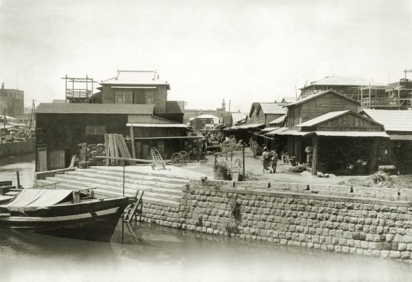 銀座通りが京橋川を渡る京橋西側の河岸地は大根河岸と呼ばれ、江戸時代から青物市場が開かれた。震災で全焼したものの、再建されて取り引きでにぎわう。市場は1935年に東京市中央卸売市場築地本場の青果部に統合