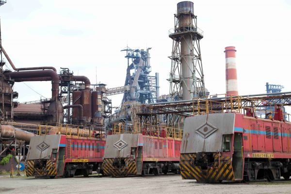 神戸製鋼加古川製鉄所で稼働するディーゼル機関車。最前面には同社の社章があしらわれ、まるで目のように見える