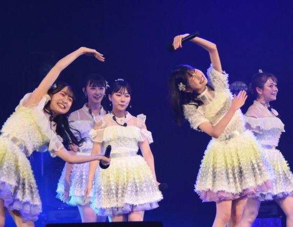ソーシャルディスタンスに配慮した振り付けに変更して臨んだHKT48。渡部愛加里さん、田中美久さん、松岡はなさん(左から)