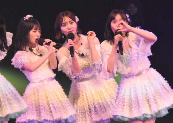 @JAMのステージでパフォーマンスを披露するHKT48の上島楓さん、森保まどかさん、豊永阿紀さん(左から)。ソーシャルディスタンスに配慮した振り付けに変更して臨んだという