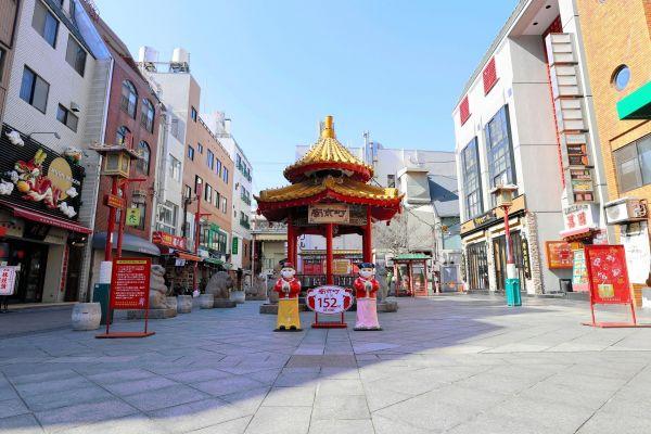 多くの店が臨時休業した南京町。営業している店はあるものの、客はほとんど来ない状況だ=4月14日、柴田悠貴撮影