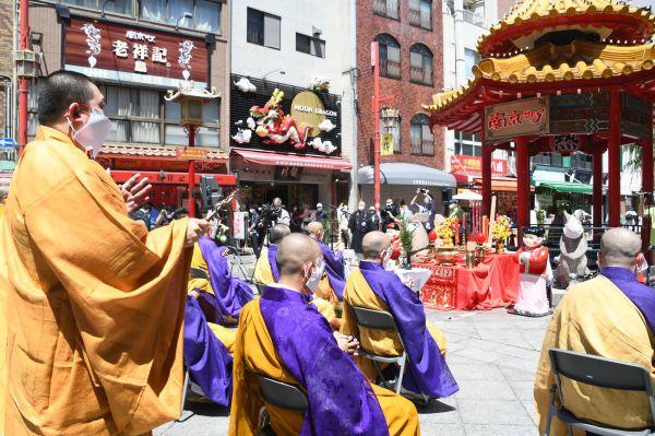 新型コロナの終息を祈る僧侶たち=5月28日、遠藤美波撮影