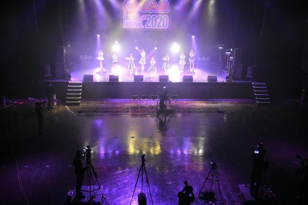 オンライン配信の会場の一つとなったZepp Tokyo。観客がいない客席には数台のカメラが置かれ、両側の扉は常に開放されていた
