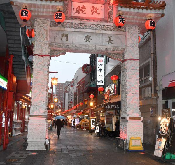 神戸の中華街・南京町でも、行き交う人の姿は多くなかった=2020年3月28日、森下友貴撮影