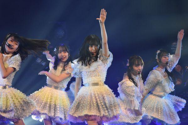 運上弘菜さんがセンターを務めるHKT48の最新シングル「3-2」(さんひくに)を披露した