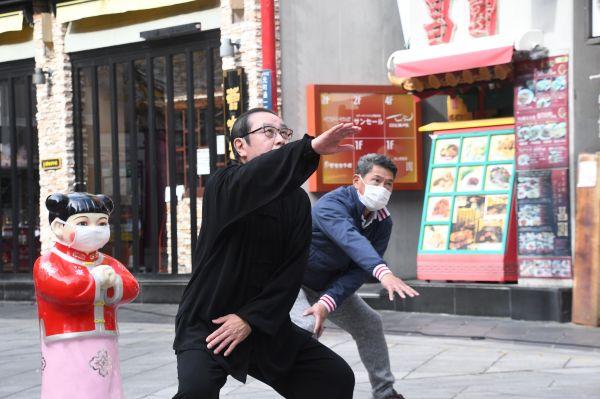 コロナの影響で外出を控えている人たちに健康を維持してもらおうと、南京町の店主らが太極拳の動きを採り入れた体操を同町広場で披露=4月19日、森下友貴撮影