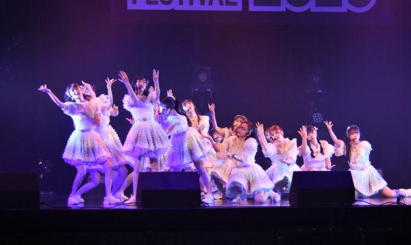 @JAMのステージでパフォーマンスを披露するHKT48。ソーシャルディスタンスに配慮した振り付けに変更して臨んだという