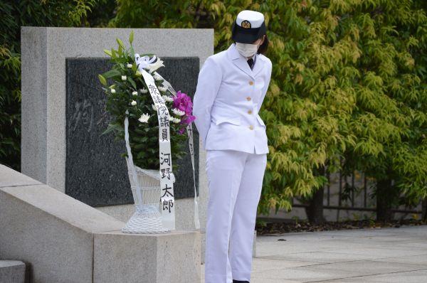 防衛省にある殉職者慰霊碑への献花のため準備された花と、河野・前防衛相に渡す役の女性自衛官