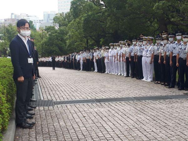 儀仗広場からの「花道」。河野・前防衛相を見送るため自衛隊員らが作った=9月17日、東京・市谷。藤田撮影(以下同じ)