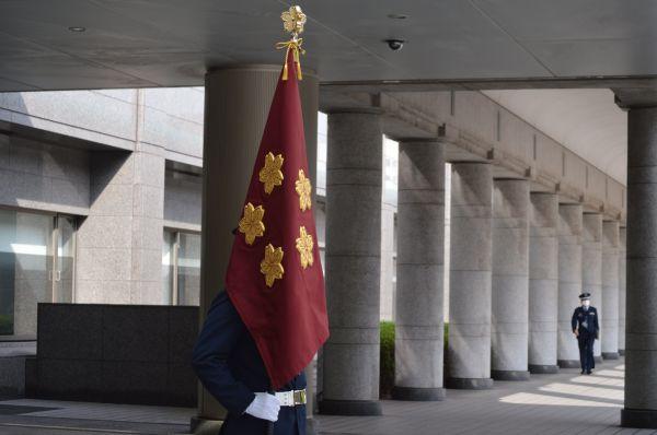 防衛大臣旗を持つ旗手の自衛官=9月17日、東京・市谷。藤田撮影