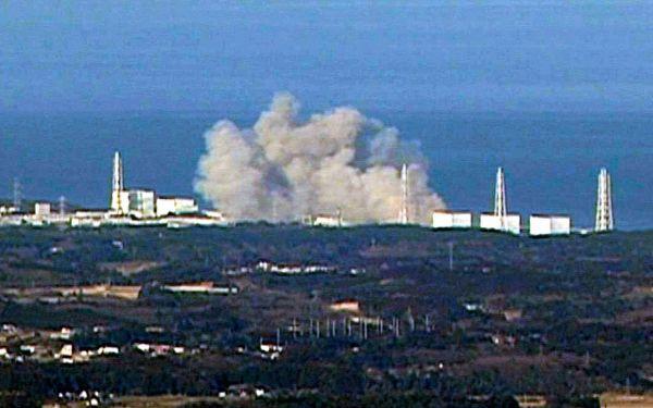水素爆発する東京電力福島第一原発1号機=2011年3月12日午後3時36分、福島中央テレビ提供
