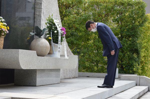 殉職者慰霊碑に献花後、頭を下げる河野・前防衛相