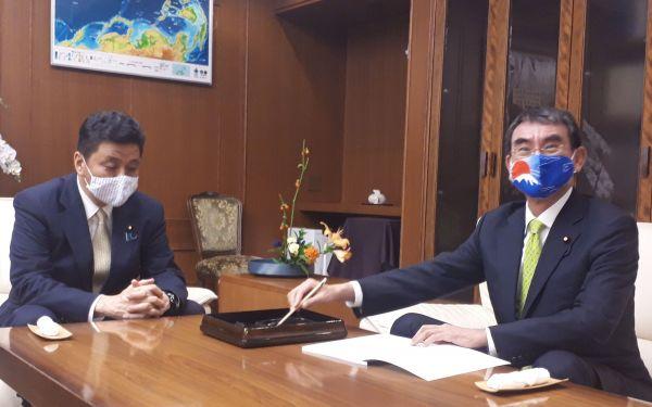 防衛大臣室で引き継ぎ書に署名する河野太郎・前防衛相(右)と、岸信夫防衛相=9月18日、東京・市谷。藤田撮影