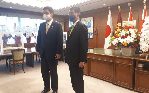 防衛大臣室で引き継ぎ前に撮影に応じる岸防衛相(左)と河野・前防衛相=9月18日、東京・市谷。藤田撮影