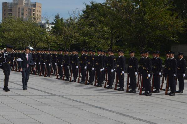 離任にあたり栄誉礼で巡閲する渡辺孝一・前防衛政務官。儀仗隊は紺の陸上自衛隊の制服=9月18日、東京・市谷。藤田撮影