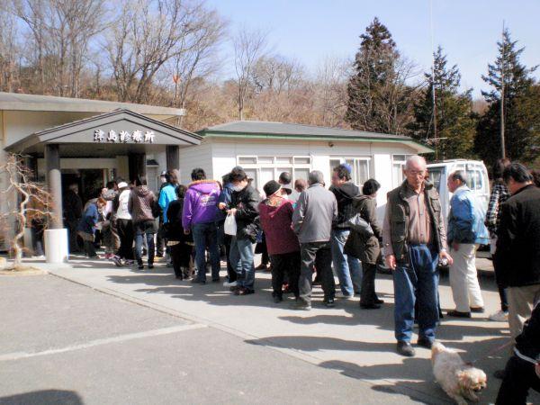 津島診療所前で列を作る人々=2011年3月14日午前、福島県浪江町、三瓶宝次さん提供