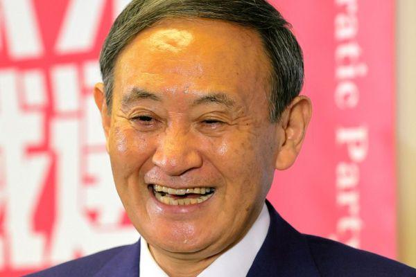 新総裁に決まりカメラマンに笑顔を見せる自民党の菅義偉氏=2020年9月14日、東京・永田町、高橋雄大撮影
