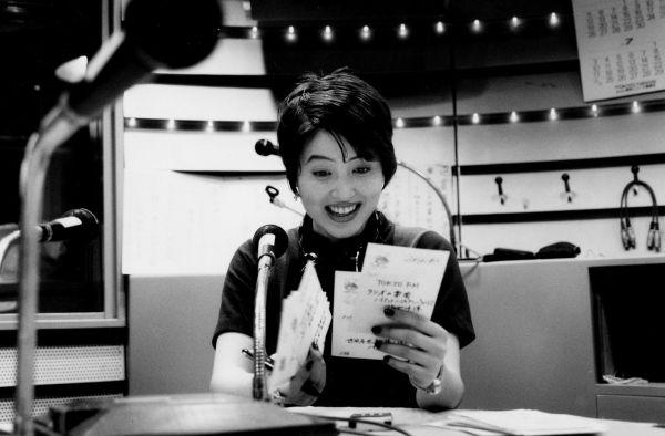 ラジオではがきを読む荻野目洋子さん=1994年7月1日