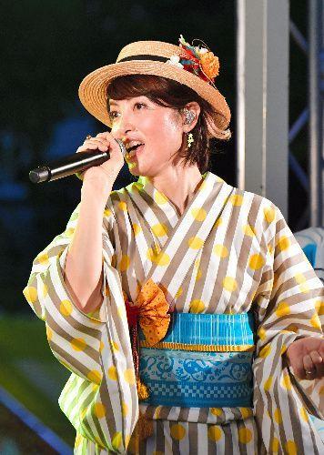 2018年7月、盆踊りの輪の中で「ダンシング・ヒーロー」を熱唱する歌手の荻野目洋子さん(中央)=愛知県一宮市