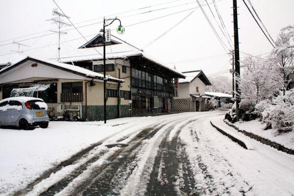 2011年3月16日早朝、旧津島村に降り積もった雪。この中に大量の放射性物質が含まれていたとみられている(今野秀則さん撮影・提供)