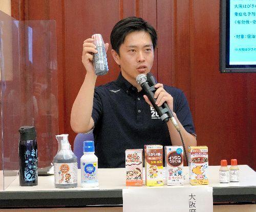 うがい薬でのうがいを奨励する大阪府の吉村洋文知事=2020年8月4日、大阪府公館、本多由佳撮影