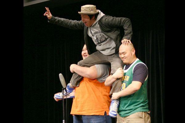 はじけた芸を見せる若手の安田大サーカス=2003年2月9日、大阪・道頓堀で