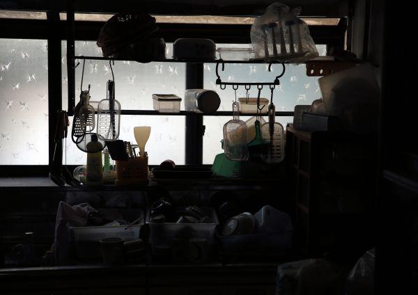 台所に残された、ミンさんが使っていた調理道具=2018年2月、福島県浪江町・赤宇木集落、三浦英之撮影