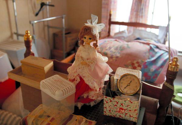 ミンさんの自宅の寝室に置かれている女の子の人形=2018年2月、福島県浪江町赤宇木集落、三浦英之撮影