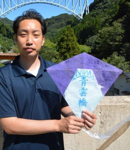 本家の連だこに「青雲橋」のデザインをほどこしたお手製のたこを手にする重信誠さん=2020年10月宮崎県日之影町、浜田綾撮影