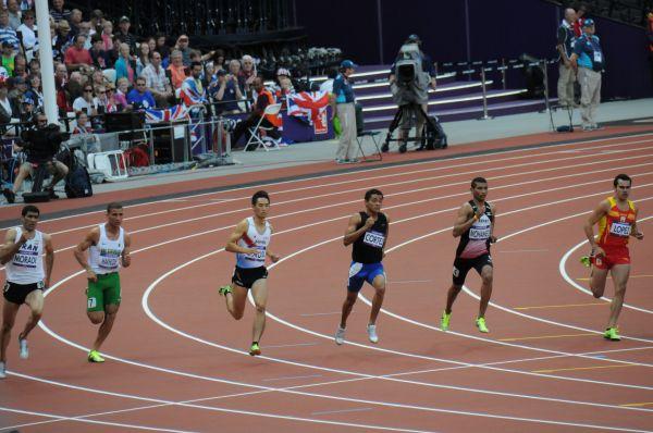 ロンドン五輪の男子陸上800m走で日本代表として出場した横田さん(左から3番目)=本人提供