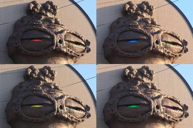 現在、巨大なシャコさんの目は赤や青、黄色、緑など7色に輝く