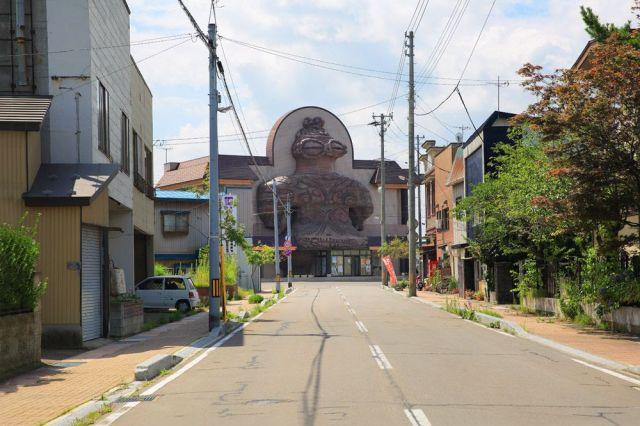 道路の間で「正しい」と姿を現す、JR木造駅の巨大なトウ「シャコちゃん