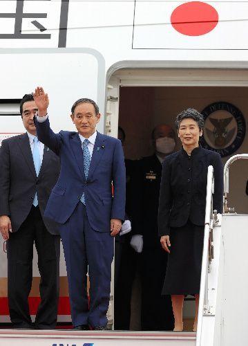 初外遊で、ベトナムへ向け出発する菅義偉首相と妻の真理子さん(右)=杉本康弘撮影