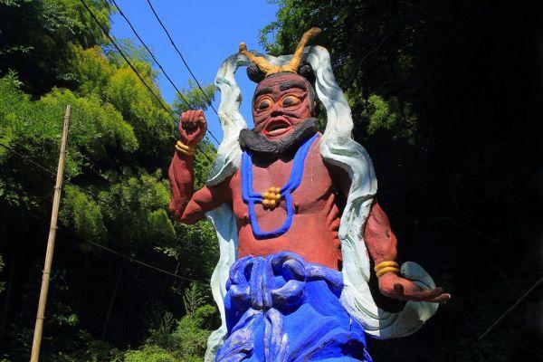 源宗坊寺の入り口に建つ、珍しい風合いの仁王像。どこかコミカルな印象