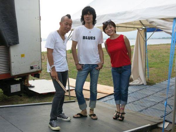 ロックフェス「オハラ☆ブレイク」に3人で出演した。右から、神野美伽、古市コータロー、クハラカズユキ=2017年8月4日、福島県猪苗代湖畔、トワラヴィ提供