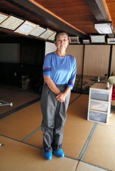 原発事故で住めなくなった自宅に一時帰宅した佐々木やす子さん=2020年7月、福島県浪江町、三浦英之撮影