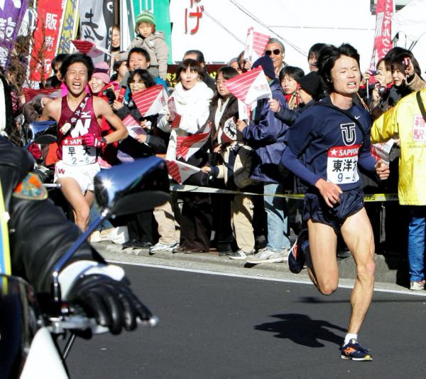 箱根駅伝往路5区でリードを広げる柏原竜二さん(当時東洋大)=2009年1月2日