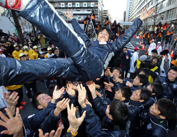 箱根駅伝で総合優勝を果たし、胴上げされる柏原竜二さん(当時東洋大)=2012年1月3日