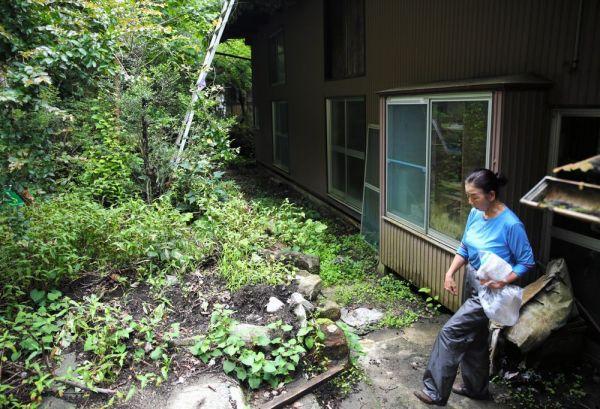 原発事故で住めなくなった自宅の周囲は背丈ほどもある夏草に覆われていた=2020年7月、福島県浪江町、三浦英之撮影
