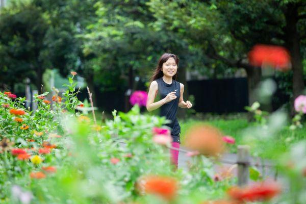 東京都墨田区の東白髭公園で趣味のジョギングをする川嶋あいさん(栃久保誠撮影)