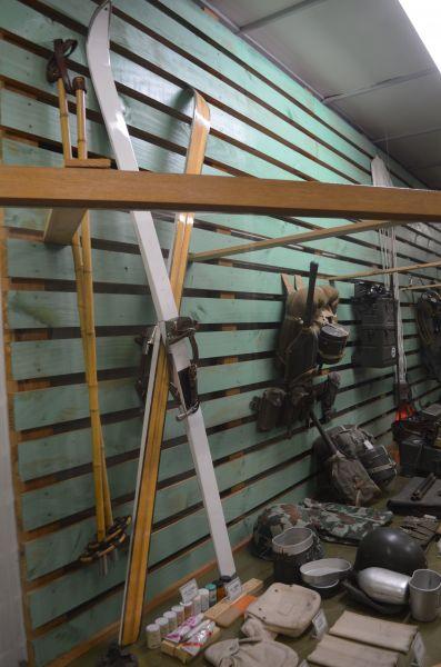 1980年代まで雪中での訓練に使われたというスキーの板。経費節減でストックは竹