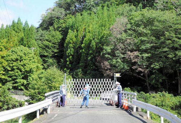 帰還困難区域への立ち入りを制限するフェンス。旧津島村は森で覆われている=2020年9月、福島県浪江町、三浦英之撮影