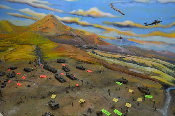 冷戦下の40年ほど前に八戸駐屯地で作られたという陸上での戦闘風景のジオラマ。よく見ると当時まだ装備に乏しい自衛隊は影が薄く…