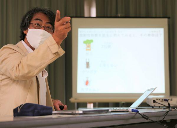 放射線学習会で参加者の質問に答える木村真三・獨協医大准教授=2020年9月、福島県二本松市油井、三浦英之撮影