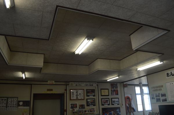 玄関ホールの天井。米陸軍移駐当時に十字に凹む改修がされた