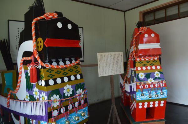 防衛館入り口にある八戸の郷土玩具「八幡馬」