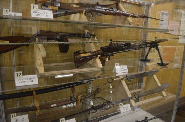 ソ連製の機関銃や中国製の青竜刀の展示。旧陸軍兵が大陸から持ち帰ったものとみられる