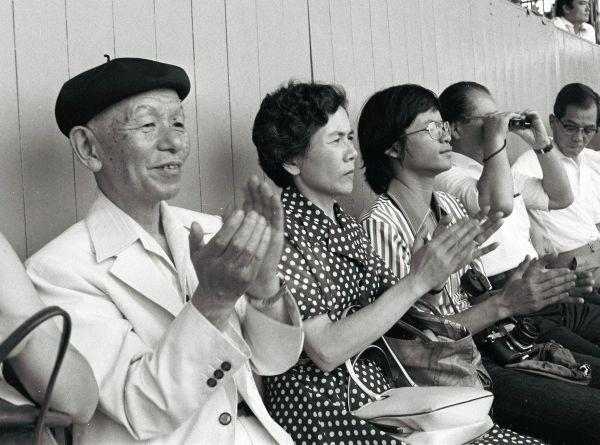 第59回全国高校野球選手権大会の開会式を見物する作曲家の古関裕而さん(左端)=1977年