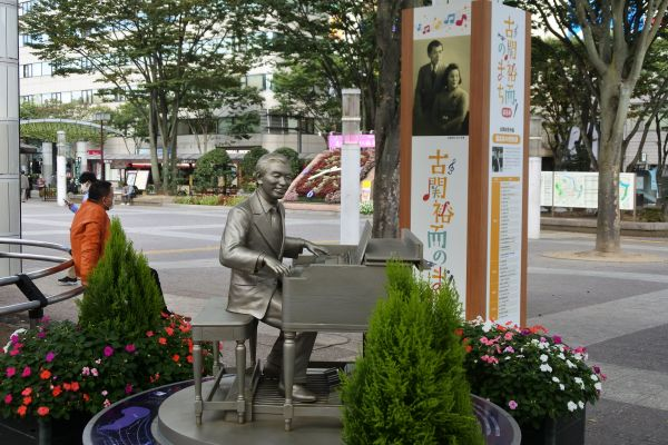 JR福島駅前で人々を出迎える古関裕而さんのモニュメント=2020年10月20日
